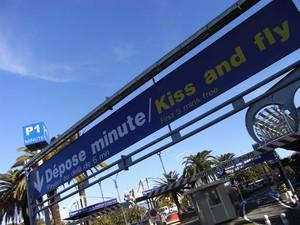 Placa 'Kiss and Fly', do Aeroporto de Nice, na França (Foto: Divulgação/Nice)
