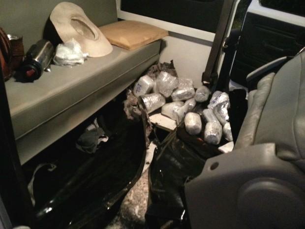 Caminhonete com placas de Toledo (PR) levava eletrônicos escondidos em fundos falsos no assoalho; motorista fugiu (Foto: PRF / Divulgação)