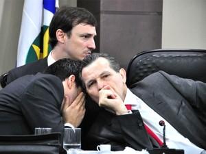 O ex-governador Silval Barbosa (PMDB) sendo orientado pelos advogados Valber Mello e Ulisses Rabaneda durante reunião da CPI da sonegação fiscal na ALMT, em Cuiabá. (Foto: Renê Dióz / G1)
