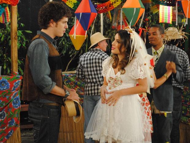 Cristal faz teatrinho e diz que, finalmente, vai ter uma família (Foto: Malhação / Tv Globo)