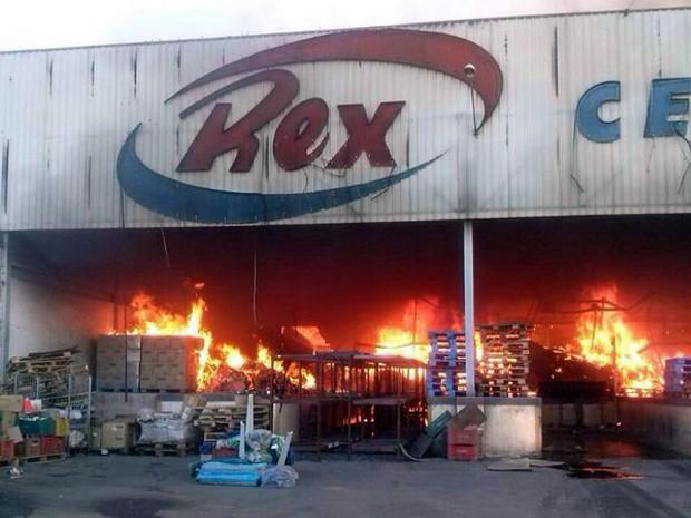 Segundo o Corpo de Bombeiros, incêndio deixou galpão totalmente destruído em Lavras (Foto: Eduardo Cicarelli / Jornal de Lavras)