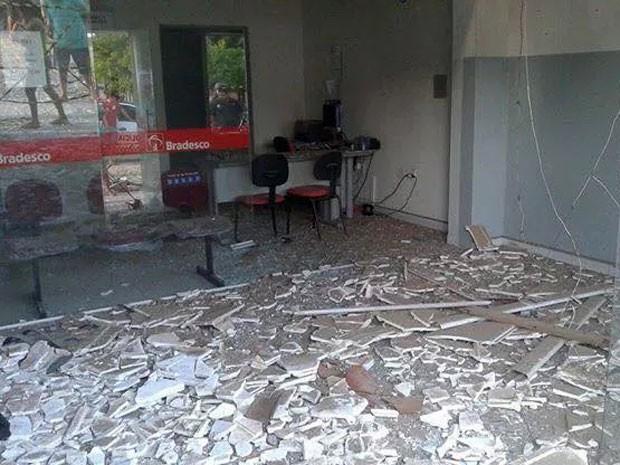 Agência do Bradesco foi explodida na madrugada deste domingo no RN (Foto: Francisco Coelho/Focoelho.com)