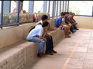 Alunos se uniram para construir uma arquibancada, em uma escola pública de Palmas (Foto: Reprodução/TV Anhanguera)