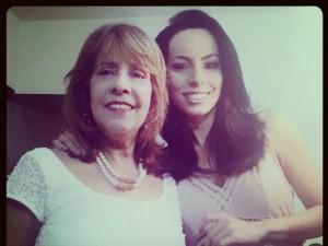 Maira com sua mãe e primeira professora, Amélia. (Foto: Arquivo Pessoal/ Maira Botelho)