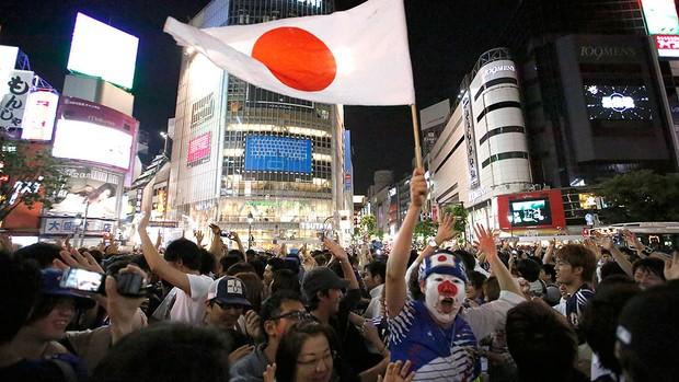 torcida Japão comemoração ruas (Foto: Reuters)