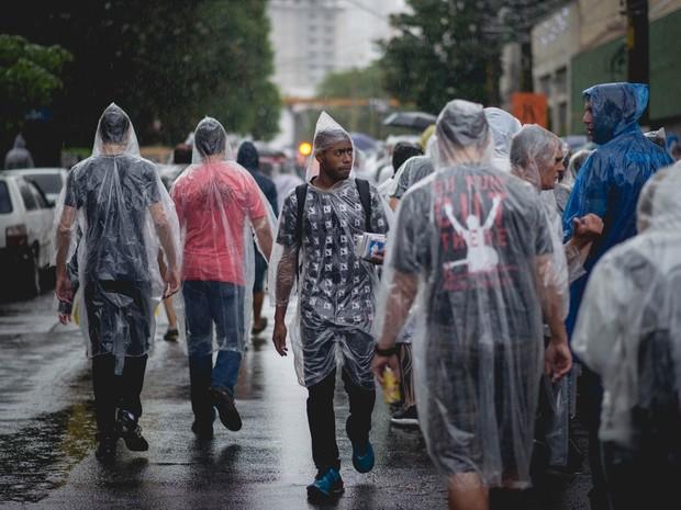 Vendedor oferece capas de chuva na fila para o show do Paul McCartney, na Zona Oeste de São Paulo (Foto: Marcelo Brandt/G1)