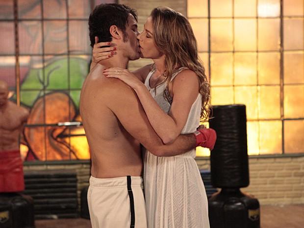 O clima entre o casal pega fogo bem na frente da secretária (Foto: Guerra dos Sexos / TV Globo)