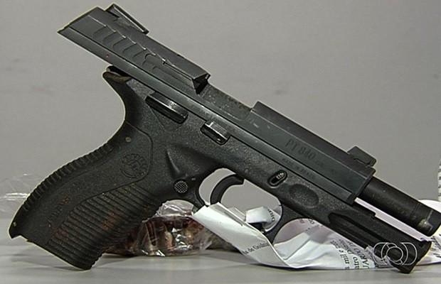 Arma foi encontrada nas proximidades do CEL da OAB após confusão (Foto: Reprodução/TV Anhanguera)