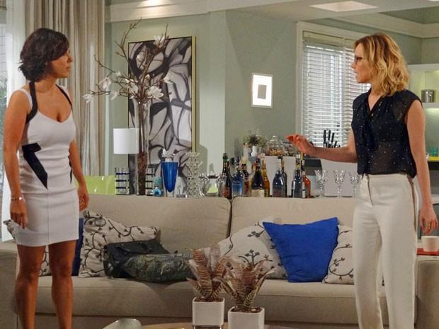 Bomba! Juliana conta para Manoela que é amante de Fábio (Foto: Guerra dos Sexos / TV Globo)