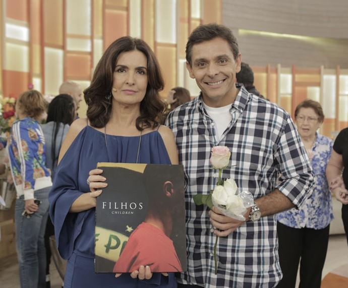 Fátima com o convidado Eurivaldo, que é fotógrafo e autor do livro 'Filhos' (Foto: Ellen Soares/Gshow)