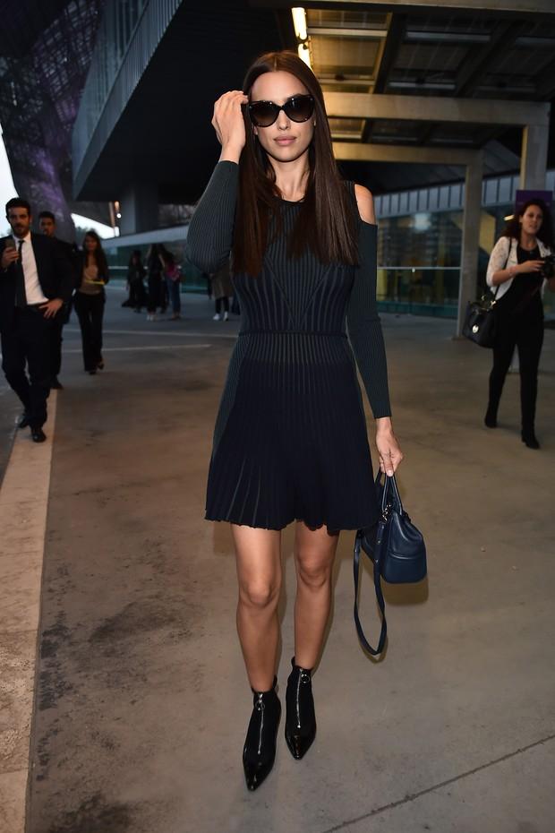 A russa Irina Shayk usa look estiloso nos bastidores da semana de moda de Milão (Foto: Getty Images)