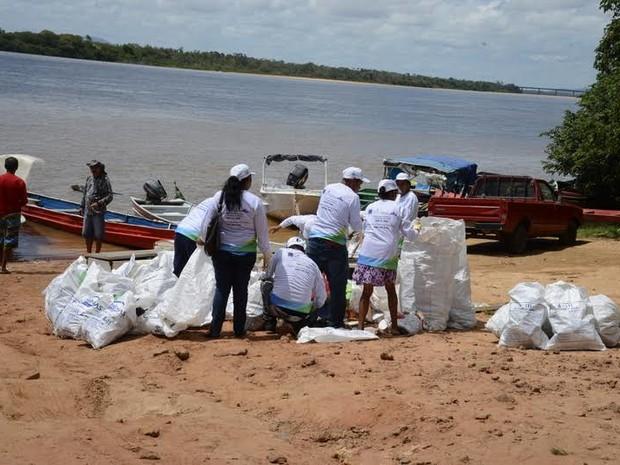 Voluntários recolheram lixo que estava nas margens do Rio Branco, o principal rio do estado (Foto: Eides Antonelli/Secom-RR/Divulgação)