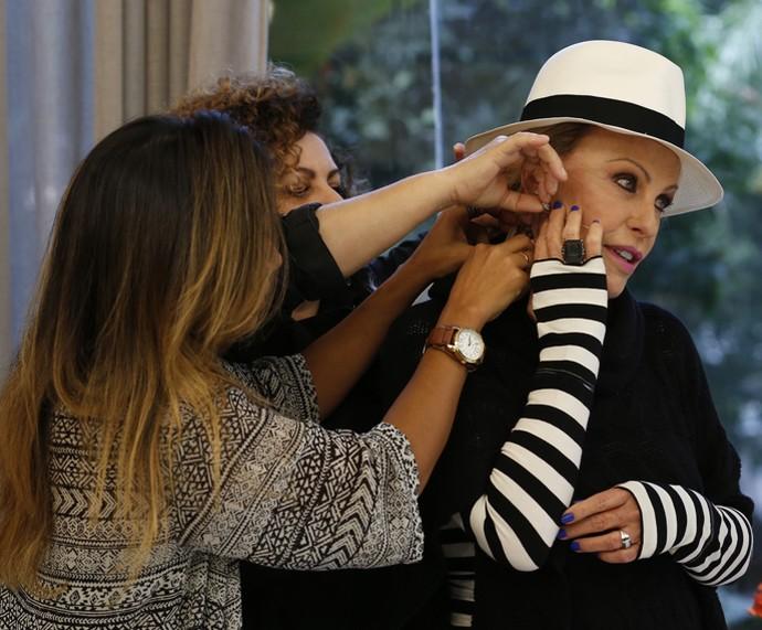 Ana Maria também recebe uma tatuagem fake (Foto: Ellen Soares/Gshow)