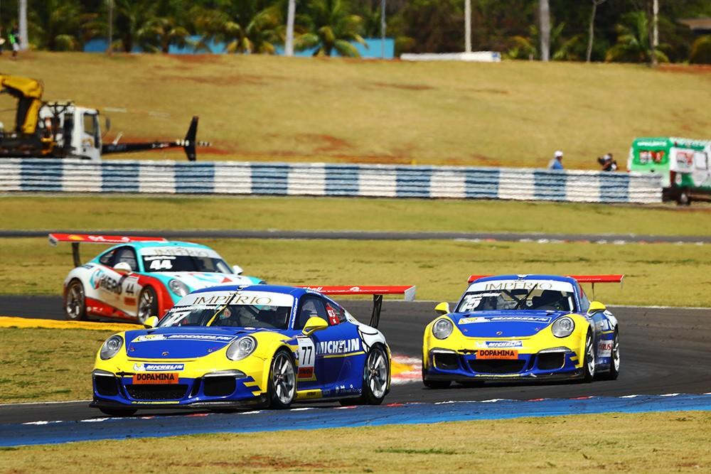 Nelsinho Piquet ultrapassou Marçal com um X na curva 1 em disputa dos carros da Michelin (Foto: Divulgação/Luca Bassani/Porsche Império GT3)