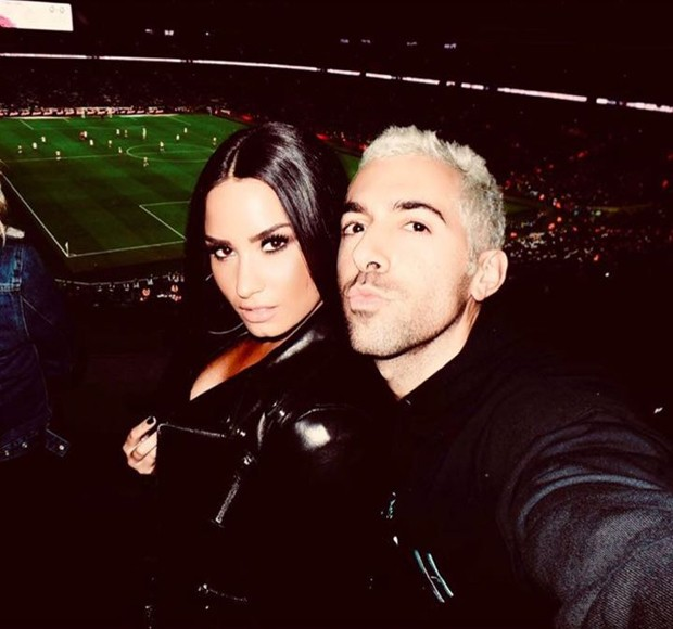 Demi Lovato e amigo acompanhando partida de Neymar (Foto: Reprodução/Instagram)