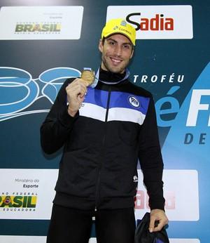 Guilherme Guido, com a barba por fazer, no pódio dos 100m costas (Foto: Vitor Silva / SSPress)