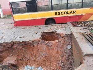 Ônibus caiu depois que o asfalto cedeu.  (Foto: Jota Reis e Devanir Dias)