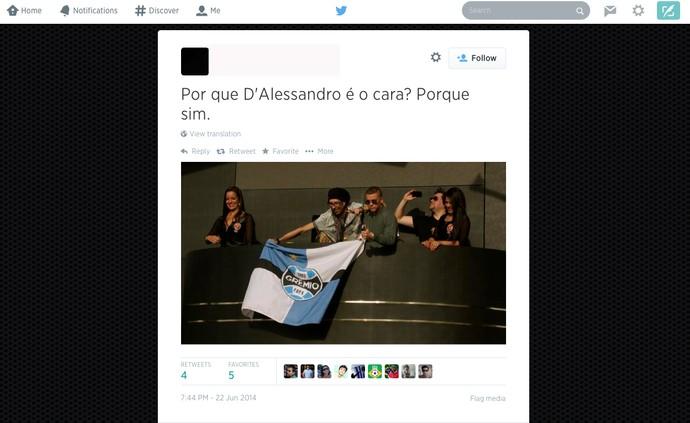 D`Alessandro flagrado com a bandeira do Grêmio (Foto: Reprodução/Twitter)