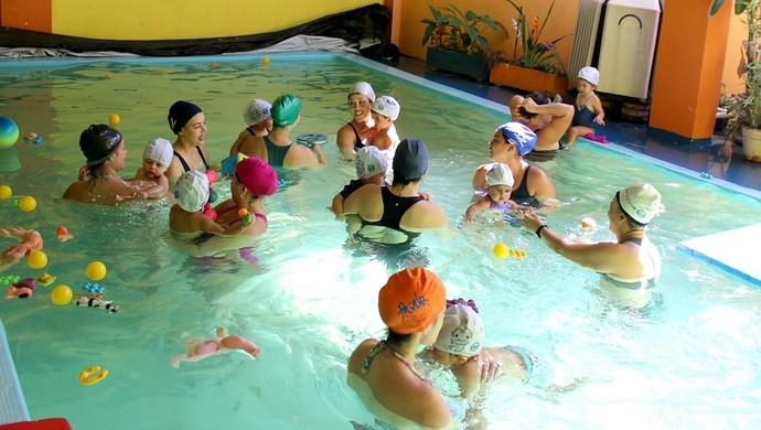 Aula de natação para bebês (Foto: Angelina Ayres Medeiros/ Rede Amazônica)