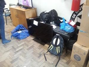 Objetos foram apreendidos nas casas dos suspeitos presos em Porto Alegre (Foto: Josmar Leite/RBS TV)