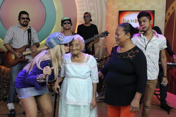 Vovó centenária é recebida com carinho em visita ao estúdio do 'Paneiro'  (Foto: Katiúscia Monteiro/ Rede Amazônica)