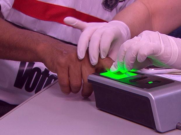 Cadastramento biométrico no TRE-PE (Foto: Reprodução / TV Globo)