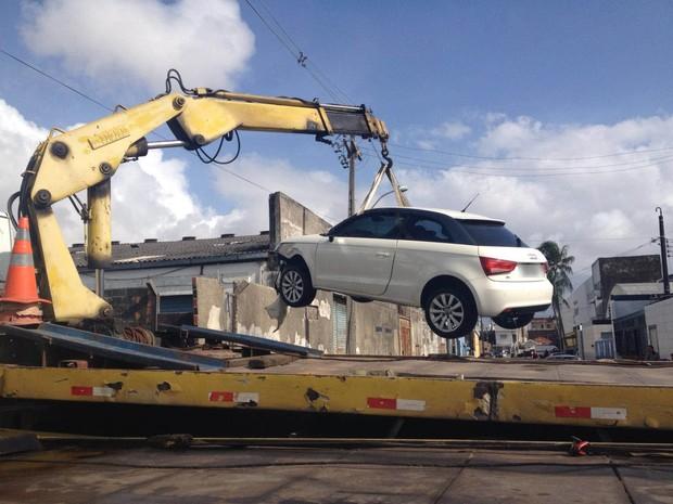 Carro importado e viatura da PM caem em canal após perseguição (Foto: Ana Regina/ TV Globo)