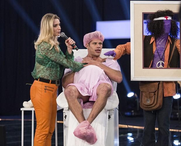 Loreto recebe ajuda de Letícia Spiller em game (Foto: Raphael Dias/Gshow)