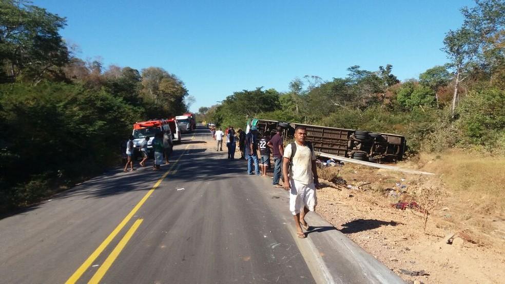 Acidente na BR-135 deixou 10 mortos e 18 feridos (Foto: Divulgação/PRF)