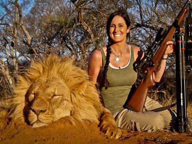 Melissa Bachman exibe leão que matou na África do Sul e causa polêmica (Foto:  Reprodução/Facebook/Melissa Bachman)