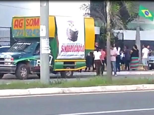 Professores fazem protesto em frente à casa do Prefeito Edivaldo Holanda, em São Luís (Foto: Divulgação)