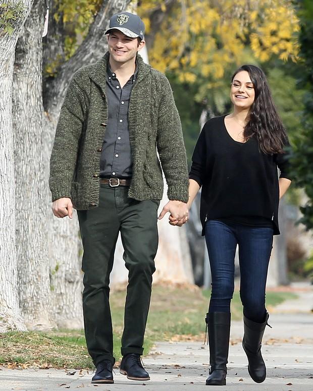 Ashton Kutcher e Mila Kunis em Los Angeles, nos Estados Unidos (Foto: Grosby Group/ Agência)