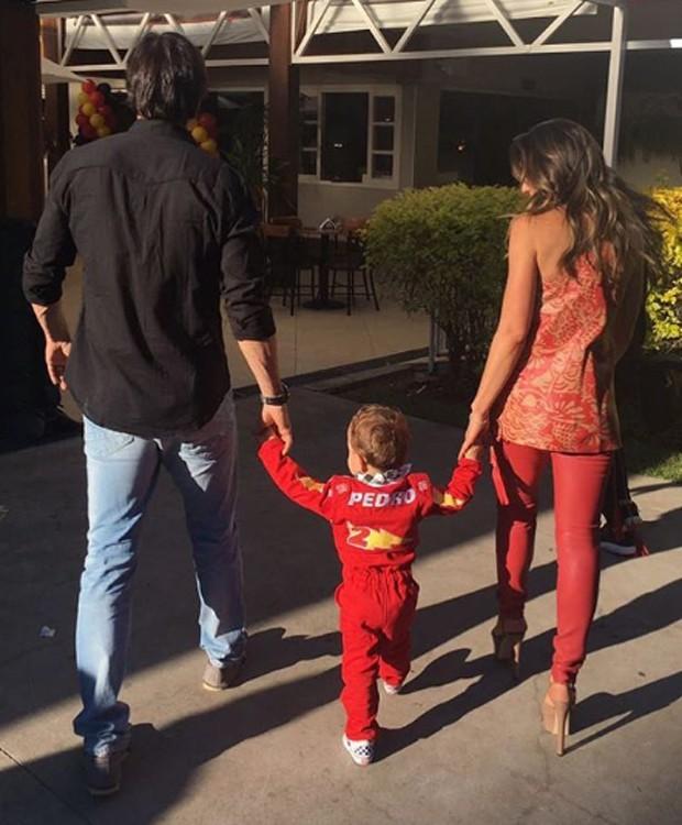 Pedro, vestido como piloto automobilístico, chega de mãos dadas com os pais (Foto: Reprodução/Instagram)