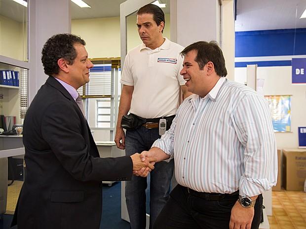 Sílvio se apresenta para Barata de olho no posto de gerente (Foto: Geração Brasil / TV Globo)