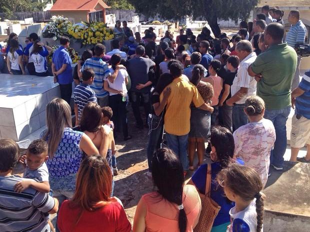 Sepultamento do adolescente foi realizado no Cemitério São João Batista, em Presidente Prudente (Foto: Heloise Hamada/G1)