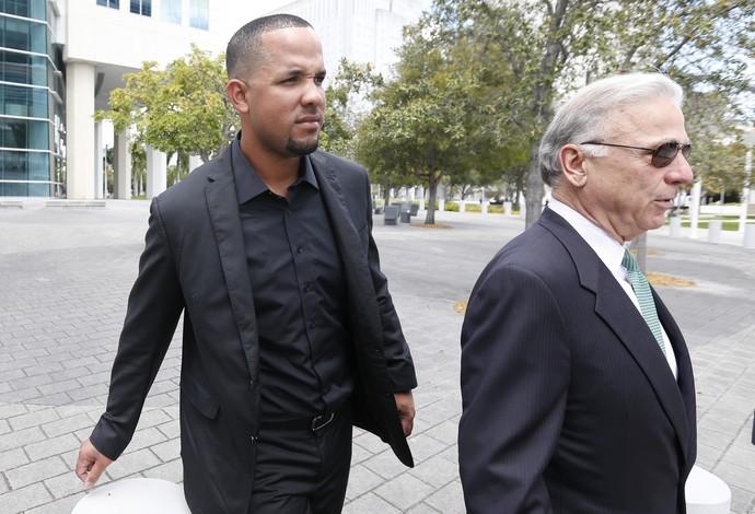 Jose Abreu e o advogado Roberto Martinez no julgamento em Miami (Foto: AP)