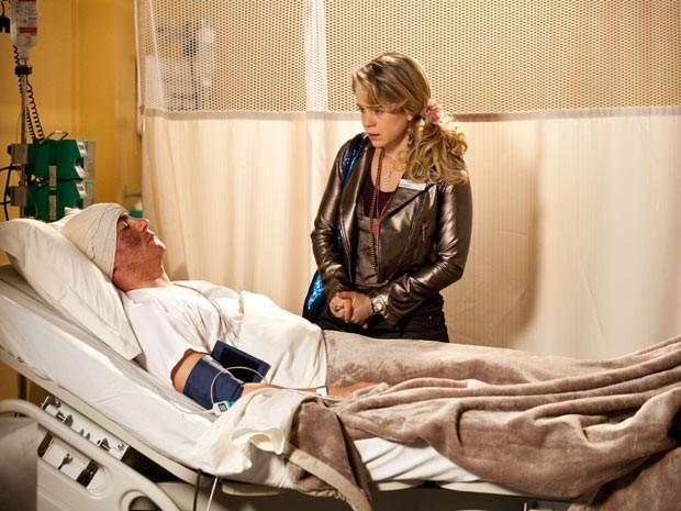 Rosário descobre que Inácio está em coma e se desespera (Foto: Divulgação/TV Globo)
