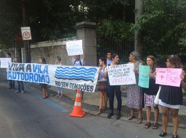 Moradores da Vila Autódromo protestam em frente ao Parque da Cidade (Foto: Cristina Boeckel/G1)
