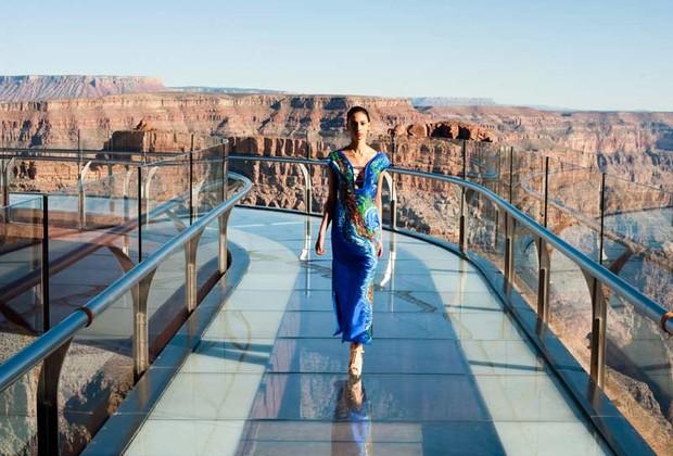 Modelo apresenta coleção em passarela sobre o Grand Canyon, nos EUA (Foto: Divulgação)