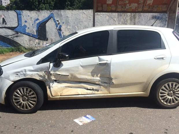 Fiat Punto também ficou danificado após acidente no Setor Bueno, em Goiânia (Foto: Paula Resende/G1)