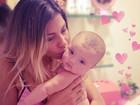 Fofo! Ex-BBB Karla paparica filha antes do banho e posta foto
