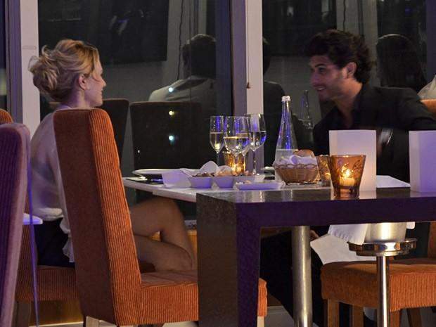 Enquanto janta com Ronaldo, Juliana não espera encontrar Manoela e Fábio (Foto: Guerra dos Sexos/ TV Globo)