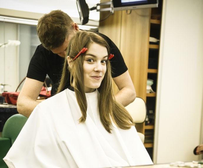 Tensão pura! Alice se prepara para cortar o cabelo  (Foto: Raphael Dias/Gshow)
