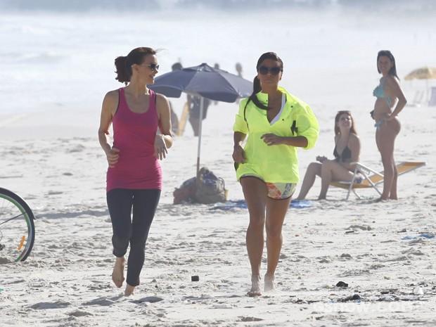 Giovanna Antonelli e Julia Lemmertz correm em praia no Rio (Foto: Inácio Moraes/ TV Globo)