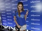 Isabella Santoni usa cabelos frisados no Lollapalooza: 'Gostoso mudar estilo'