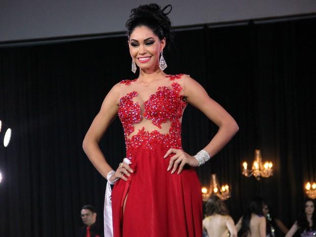 Sheislane Hayalla no desfile com traje de gala (Foto: Marcos Dantas/G1 AM)