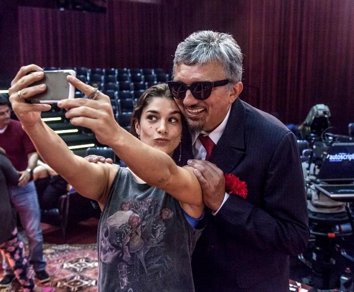 Priscila Fantin e Falcão em bastidores de Tomara que Caia (Foto: Artur Meninea/Gshow)