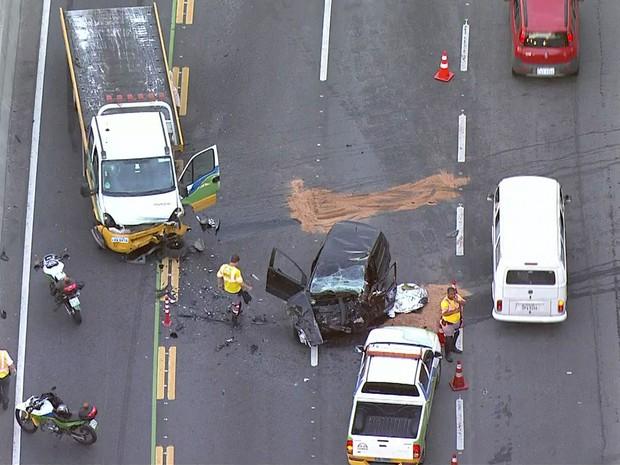 Veículo ficou completamente destruído após colisão na Linha Amarela (Foto: Reprodução / TV Globo)