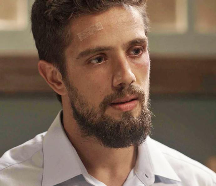César se descontrola e ameaça comparsas (Foto: TV Globo)