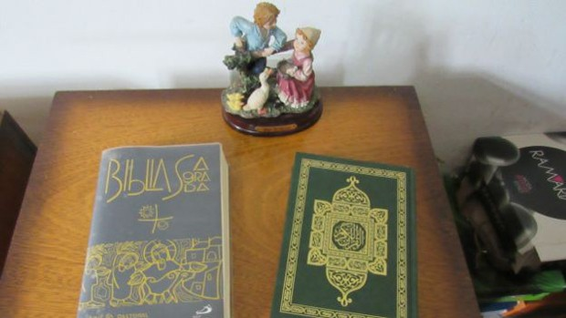 Jovem sírio mantém Bíblia e Alcorão em sua mesa de cabeceira em São Paulo (Foto: BBC Brasil)